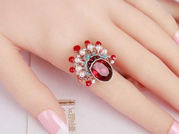 Nhẫn phong thủy nữ mệnh Hỏa đeo ngón nào, màu gì may mắn nhất?