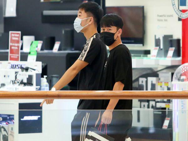 Bóng đá VN chiều 2/6: Tuyển thủ Việt Nam tranh thủ shopping tại Dubai
